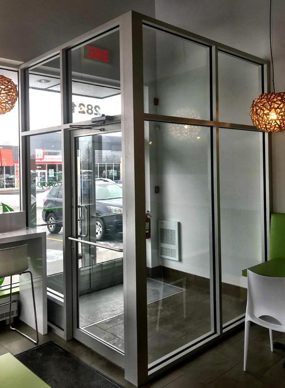 vestibule d'entrée avec tube anodisé clair et verre trempé